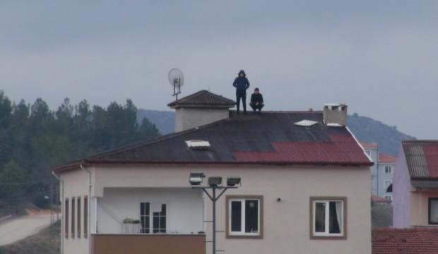 6 katlı apartmanın çatısında maç keyfi