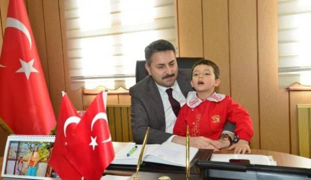 Alkışlar 5 yaşındaki Eymen'e! İstiklal Marşı'nın 10 kıtasını ezbere okudu