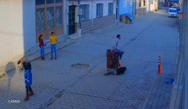 Suriyeli anne oğlunu dövdü, sosyal medya sallandı!