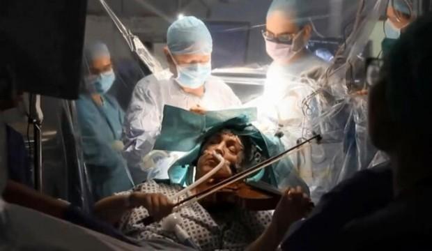 İnanılmaz olay! Doktorlar beyniyle 'oynarken' o keman çaldı
