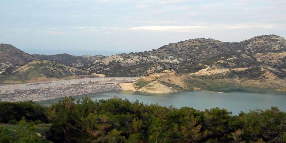 Kıbrıs'ta yer alan ve Türkiye'den su götürülen Geçitköy Göleti manzarası