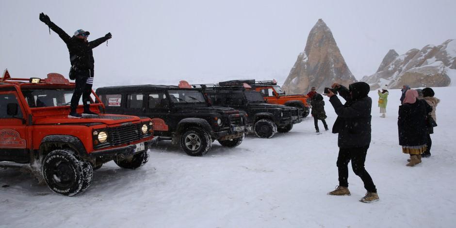 Turistler Kapadokya'da karın tadını çıkardı