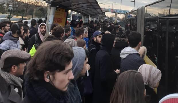 İstanbulluların metrobüs çilesi: Duraklar taştı, halk isyan etti!