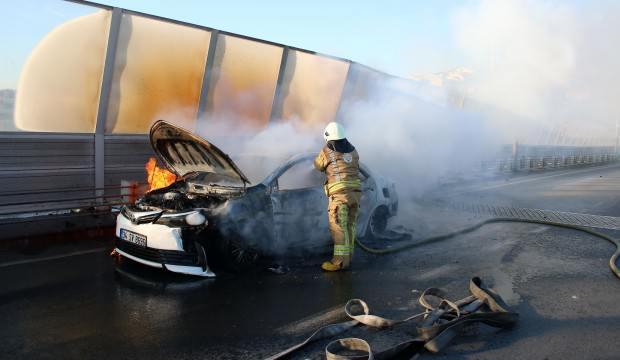 Haliç Köprüsü'nde bir otomobil alev alev yandı!