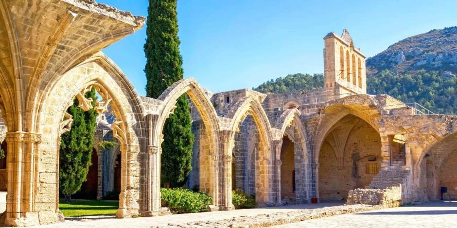 Girne'de gotik mimarinin en güzel örneği: Bellapais Manastırı