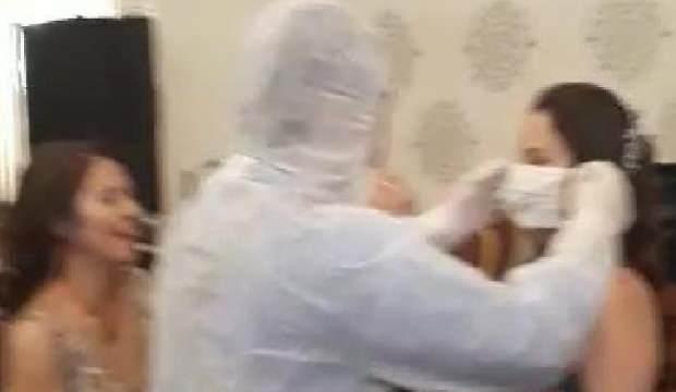 Koruyucu kıyafet giyip, nişanlanan arkadaşlarına maske taktı
