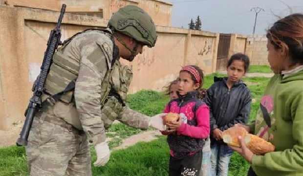 Mehmetçiğin yardım eliyle Suriye çocukların yüzü gülüyor