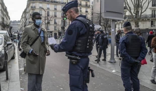 Fransa'da izinsiz sokağa çıkan gençler gözaltına alındı