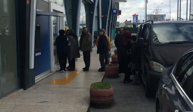 İstanbul'da koronavirüs kuyruğu! Tek tek içeri girdiler