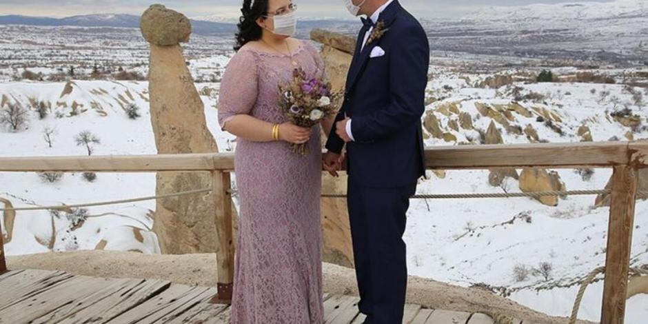 Kapadokya'da düğün fotoğrafı çektiren çiftten maskeli önlem