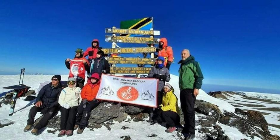 Türk dağcı Kilimanjaro'nun zirvesinde Ay Yıldızlı bayrağı dalgalandırdı