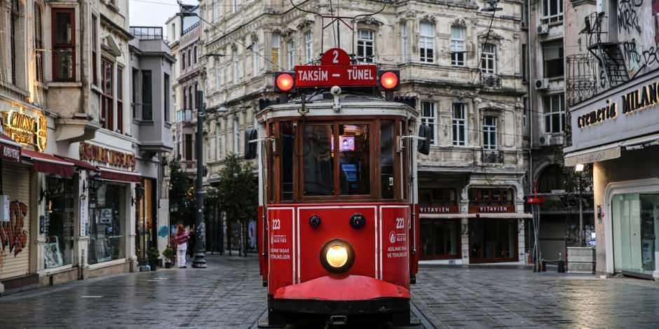 Koronavirüs salgını nedeniyle Taksim ve İstiklal Caddesi boş kaldı