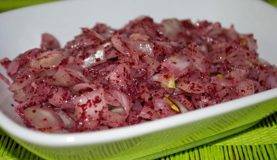 Sumaklı soğan salatası nasıl yapılır?