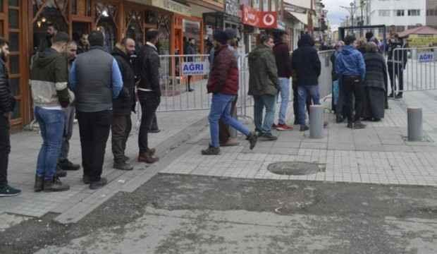 Burası: Ağrı... Caddeye girmek için kuyrukta beklediler!