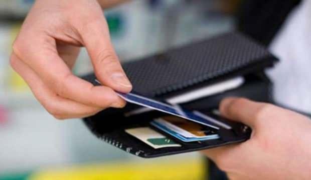 Hangi bankalar kredi kartı borçlarını erteledi? Kredi kartı faiz oranları kaça düşürüldü?