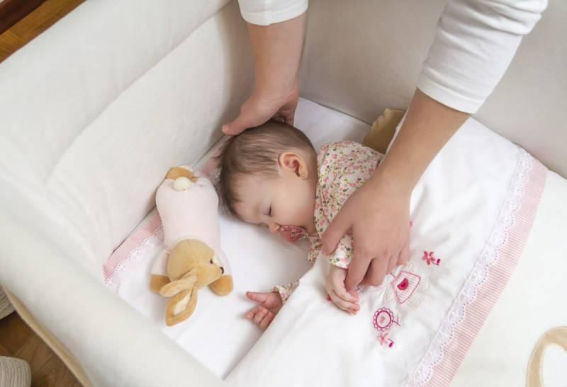 Yeni doğan bebeklerde yatırma yöntemleri! Bebekler yana yatırılmalı mı?