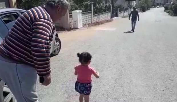 Akılalmaz olay! Evinin önünde küçük bir kız çocuğu buldu