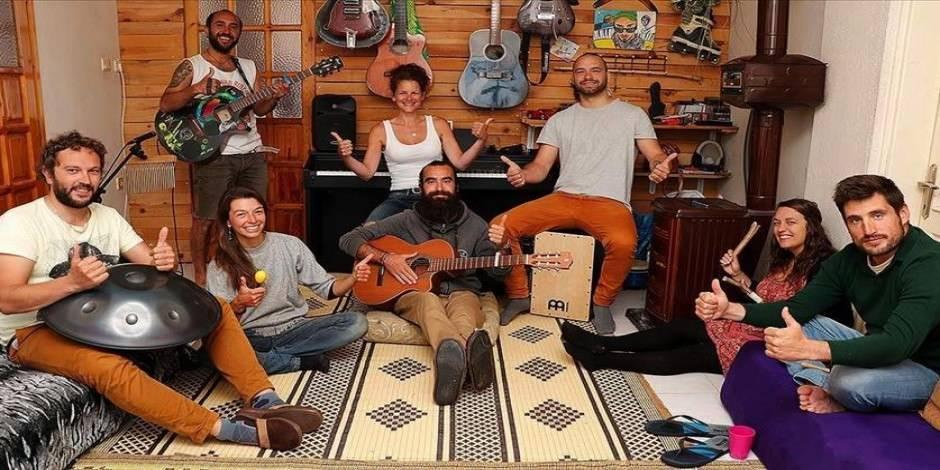 Seyahat edemeyen 7 yabancı gezgini evinde ağırlıyor