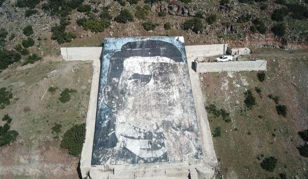 Teröristbaşının portresinin yerine ay yıldızlı bayrak