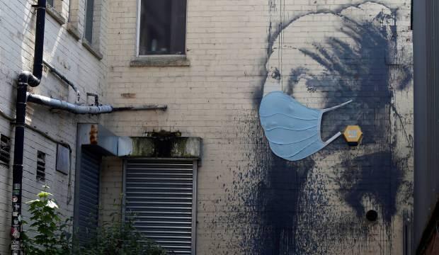 """Banksy'den """"İnci Küpeli Kız'' portresine korona güncellemesi"""