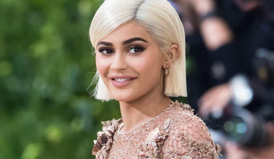 Genç milyarder Kylie Jenner'in giydiği terliğin fiyatı dudak uçuklattı!