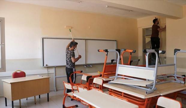 İzolasyon sürecinde kaldıkları okulun gönüllü tadilatını yapıyorlar
