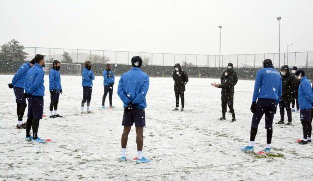 Kar yağışı altında antrenmanlar başladı