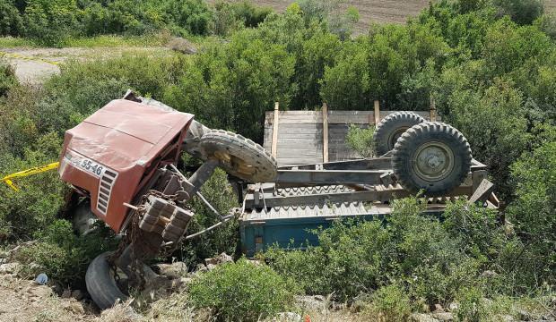 Devrilen traktörün altında kalan genç yaşamını yitirdi