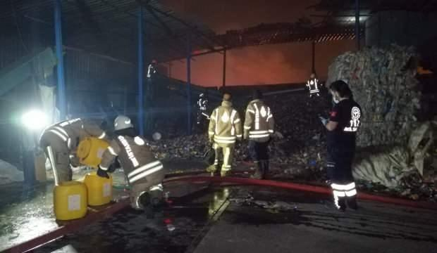 Geri dönüşüm merkezinde yangın: Çok sayıda itfaiye ekibi bölgede