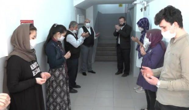 Kuaförde çalışanlar, dua ederek işe başladı
