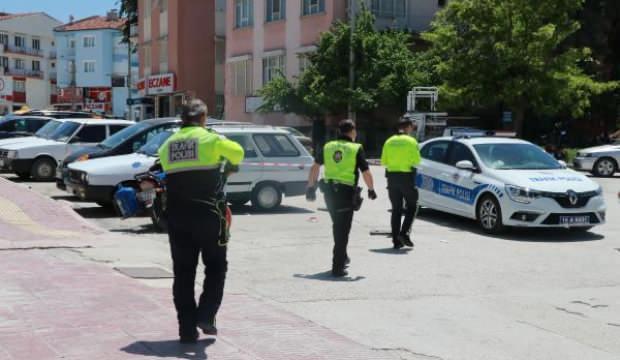 Sokağa çıkma yasağına uymayan 2 kardeş, motosikletle 2 polise çarptı