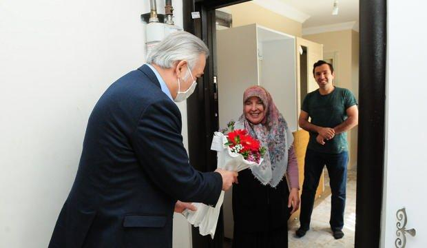 Tuzla Kaymakamı Ali Akça 100 yaş ve üzerindeki anneleri ziyaret etti