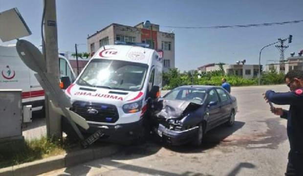 Ambulans ile otomobil çarpıştı: 3'ü sağlık çalışanı 4 yaralı