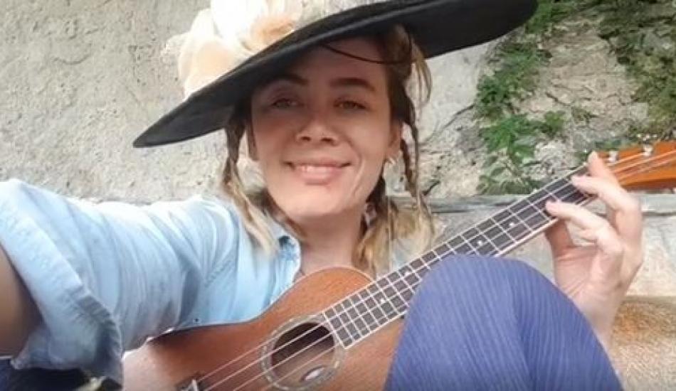 Demet Evgar'dan ukulele ile Barış Manço şarkısı!