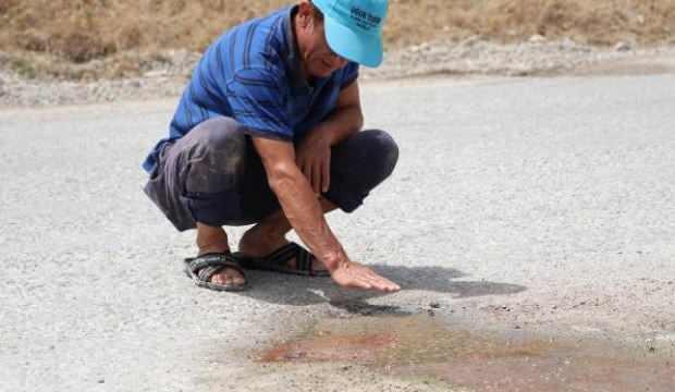 Karayolunun altından geçen sıcak su kaynağı asfaltı deldi