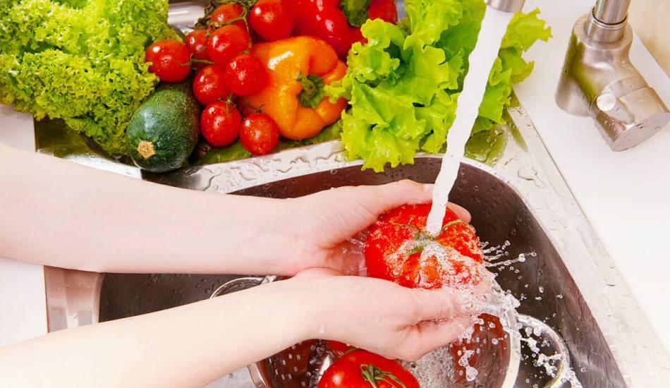 Meyve ve sebzeler nasıl yıkanmalı? Bilim kurulu uyardı: Bu hatalar zehirlenmeye neden olur!