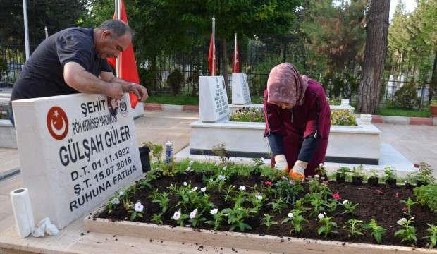 Şehit kızının mezarını çiçeklerle donattı
