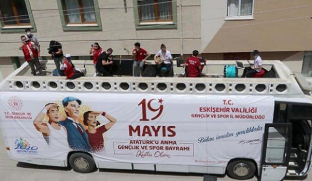 Ülkelerine dönemeyen yabancı öğrencilere 19 Mayıs süprizi