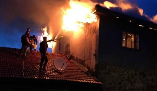 Ankara'da 3 katlı ahşap ev yandı