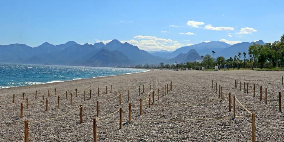 Girişe kapatılan Konyaaltı plajında sosyal mesafe ayarı