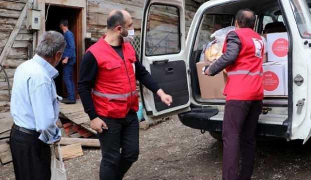 Türk Kızılay gönüllüleri köy köy dolaşıp gıda kolisi dağıtıyor