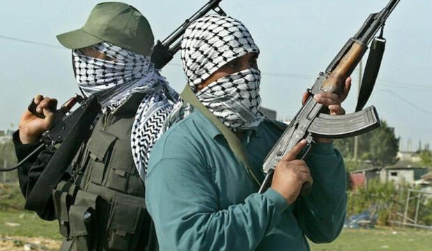 Ülke şokta! 100 kişilik grup silahla saldırdı, çok sayıda ölü var