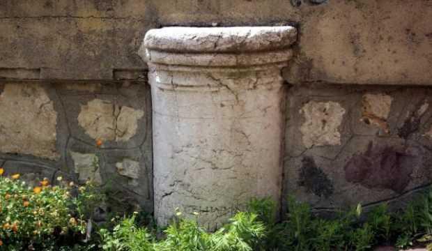 Bahçe duvarındaki tarihi sütun görenleri şaşırtıyor