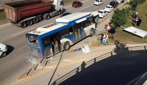 Başkentte belediye otobüsü yön levhasına çarptı
