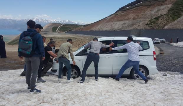 Tatilcilere kar şoku! Onlarca araç mahsur kaldı