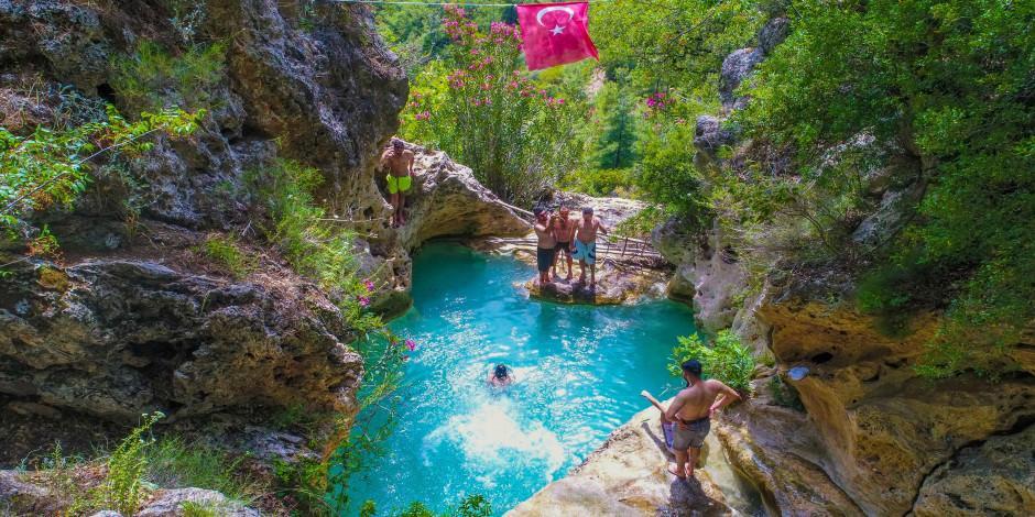 Antalya'nın 'kral havuzu' yerli turistle doldu