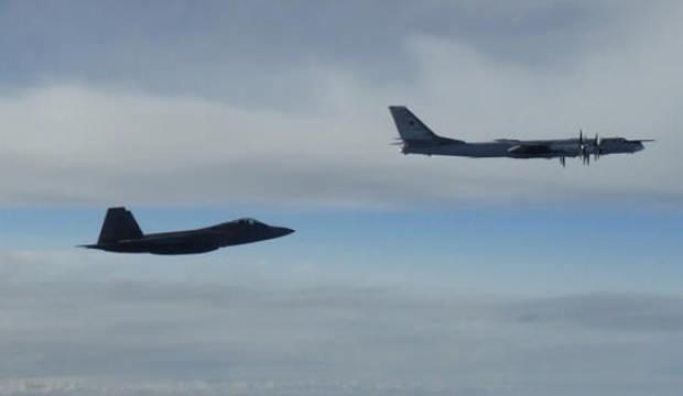 F-22'ler 4 adet nükleer bombardıman uçağının önünü kesti