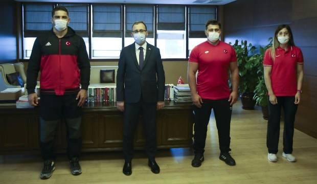 Milli güreşçilerden Bakan Kasapoğlu'na ziyaret