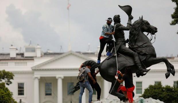 Beyaz Saray önündeki heykeli yıkmak isteyen göstericilere sert müdahale