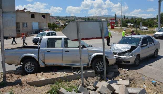 Kamyonetle otomobil çarpıştı: 8 yaralı